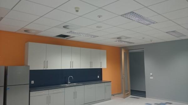 Montaż-sufitu-panelowego-Armstrong-600x337