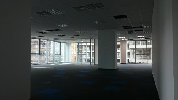 Montaż-sufitu-panelowego2-600x337